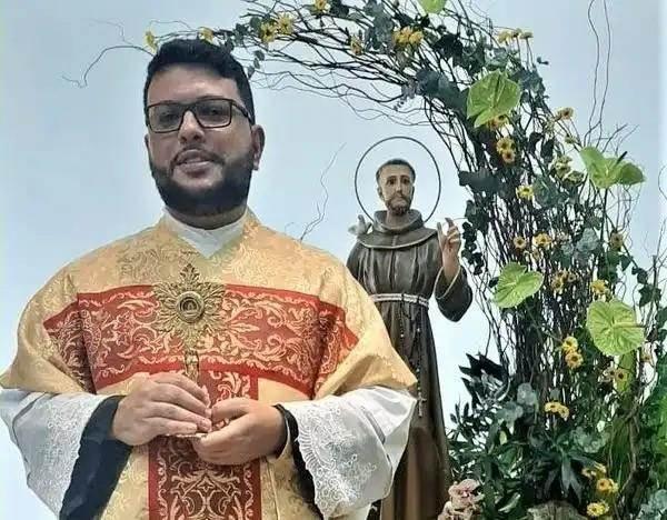 B4105E5A18EDw600h468 Padre Kleber dos Santos Júnior morre de Covid aos 33 anos